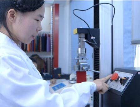 研发实验室工作人员正在布料研发